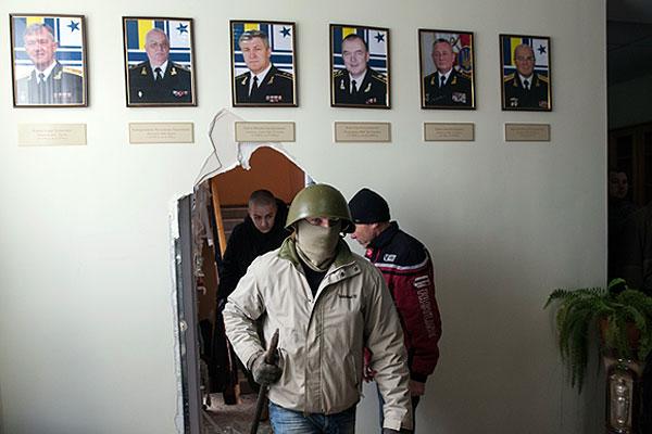Активисты крымской самообороны в штабе ВМС Украины в Севастополе.