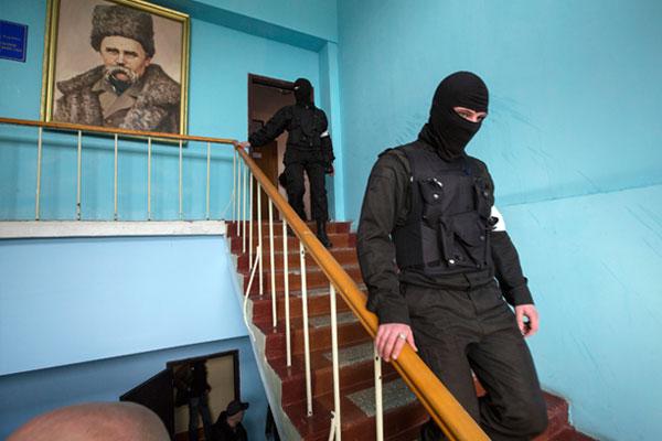 Активисты самообороны Севастополя внутри здания штаба Военно-морских сил Украины. На стене - портрет Тараса Шевченко.
