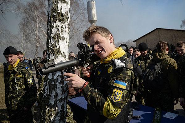 Учения участников обороны Майдана недалеко от Киева.