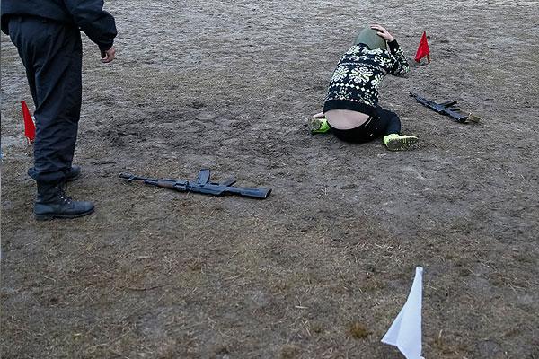 Учения участников обороны Майдана недалеко от Киева. На земле в каске украинская журналистка, укрывшаяся от разорвавшегося снаряда.