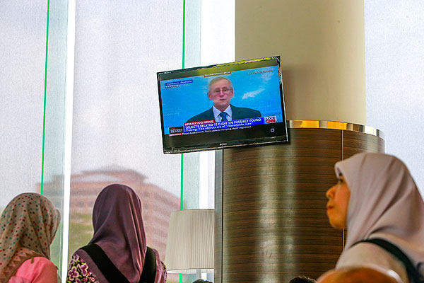 Во время трансляции пресс-брифинга, собранного в связи с информацией об обнаружении предполагаемых обломков малайзийского Boeing-777.