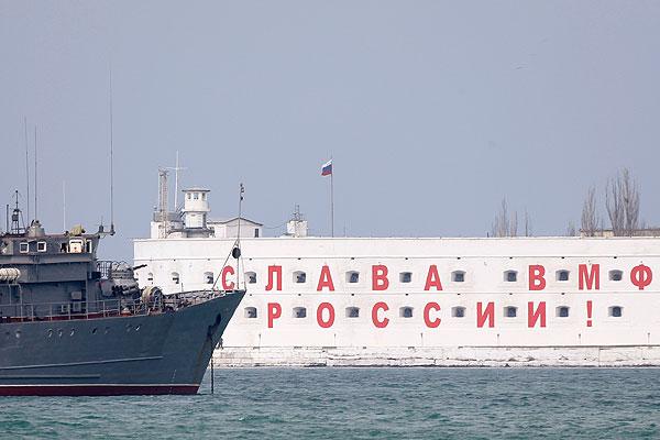 Российский военный корабль в порту Севастополя.