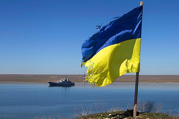 """Украинский корабль """"Константин Ольшанский"""" в крымской бухте Донузлав. На переднем плане - украинский флаг, который был выставлен на берегу родственником моряка, остающегося на судне."""