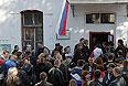 Украинские военнослужащие, желающие записаться в российскую армию, у входа во временный пункт постановки на воинский учет.