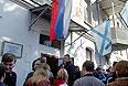 Украинские военнослужащие, желающие записаться в российскую армию, у входа во временный пункт постановки на воинский учет на территории воинской части 51330 в Севастополе.
