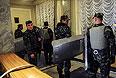 """Служба безопасности Верховной рады со щитами готова встретить прорывающихся в здание активистов """"Правого сектора""""."""