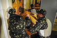 Сотрудники охраны здания Верховной рады в Киеве блокируют двери деревянными тумбами.