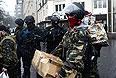 """Активисты """"Правого сектора"""" покидают гостиницу """"Днепр""""."""