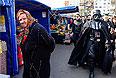 Дарт Вейдер осматривает торговые ряды в Киеве.