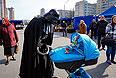 Дарт Вейдер заглядывает в детскую коляску в центре Киева.