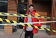 Сотрудник ресторана быстрого питания McDonald's, закрытого по техническим причинам, в Симферополе.