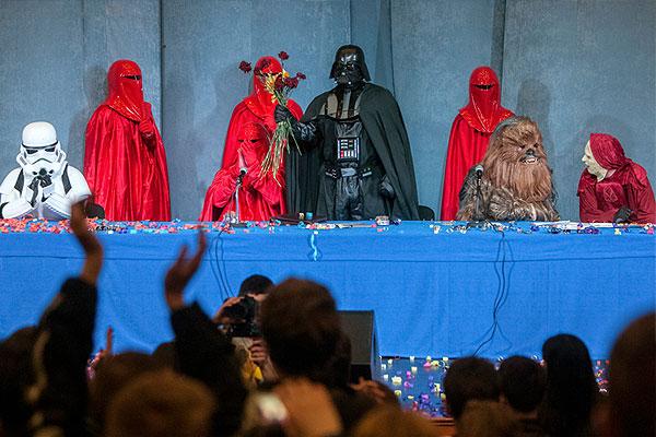 """В конгрессе Интернет-партии Украины, которую возглавляет Дарт Вейдер приняли участие и другие персонажи """"Звездных войн"""". 29 марта 2014 года."""