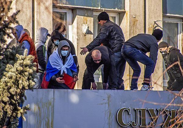 Протестующие штурмуют здание управления СБУ в Луганске.