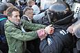 Столкновение протестующих с полицией во время штурма здания обладминистрации в Донецке.