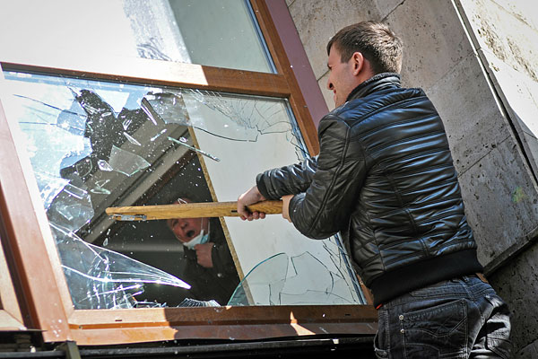 Протестующий во время штурма здания областной администрации в Донецке.