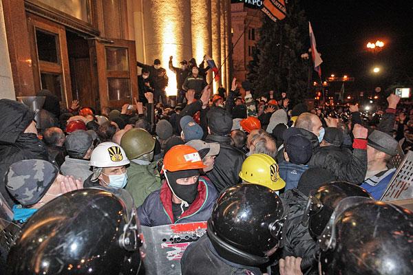 Протестующие штурмуют здание областной администрации в Харькове.