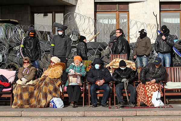 Люди на баррикадах у входа в здание регионального парламента в Донецке.