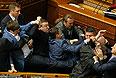 Драка произошла во время выступления руководителя фракции КПУ Петра Симоненко, который обвинил националистов в ситуации, которую переживает страна.