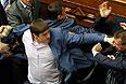 После инцидента депутаты фракции Компартии и большая часть депутатов фракции Партии регионов покинули утреннее заседание Рады.