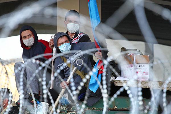 Пророссийские активисты на баррикадах возле здания областной администрации в Донецке.