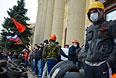 Пророссийские активисты у здания Областной администрации Харькова.