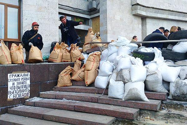 Митингующие у здания Областной государственной администрации Донецка.