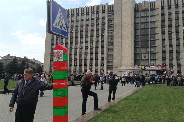 Самодельный пограничный столб на подступах к зданию областной госадминистрации, захваченного митингующими в Донецке.