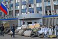 Сторонники федерализации около баррикад вокруг здания Службы Безопасности Украины в Луганске.