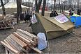 Сторонники федерализации в палаточном лагере около здания Службы Безопасности Украины в Луганске.