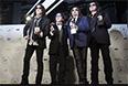 Группа KISS позирует после церемонии включения их в зал славы рок-н-ролла.