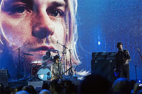 Джоан Джетт, Дейв Грол и Крист Новосенлик высупают перед официальной пропиской в зале славы рок-н-ролла.