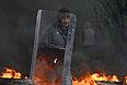 Мужчина со щитом в дыму от горящих автомобильных покрышек. Центр Славянска. Воскресенье, 13 апреля.