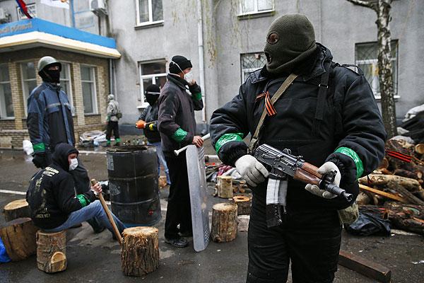 Вооруженные люди на баррикадах, выстроенных в центре Славянска.
