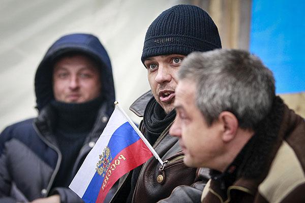 Жители Луганска у входа в здание СБУ.
