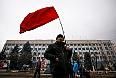 Житель Луганска с советским флагом перед зданием СБУ.
