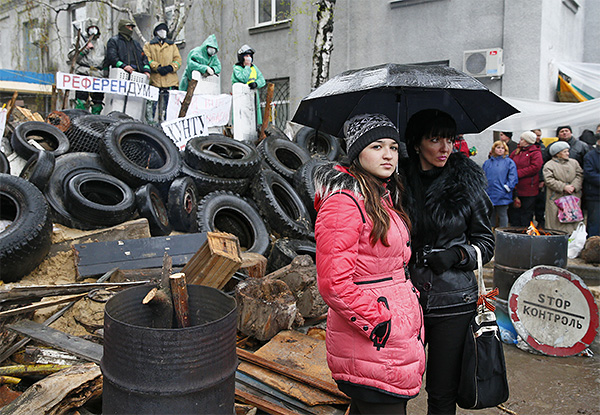 По словам активиста, обстановка в Донбассе пока остается относительно спокойной, несмотря на единичные провокации со стороны властей. Силы местной самообороны контролируют ситуацию.