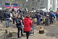 Сторонники федерализации Украины на баррикадах у здания районного отделения внутренних дел (РОВД) в городе Славянске Донецкой области.