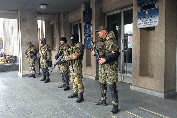 Сторонники референдума за федерализацию Украины у входа в здание городской администрации города Славянска Донецкой области.