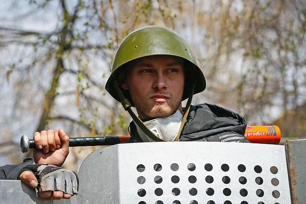 Пророссийский активист на баррикадах в Славянске.