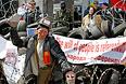 Протестующие на баррикадах у здания областной администрации в Донецке.