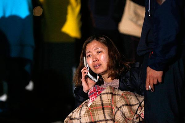 """Родственница кого-то из пропавших без вести пассажиров потерпевшего крушение парома """"Севоль"""" у берегов Южной Кореи."""