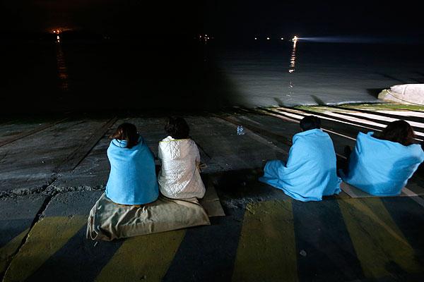 """Родственники пропавших без вести пассажиров потерпевшего крушение парома """"Севоль"""" у берегов Южной Кореи."""