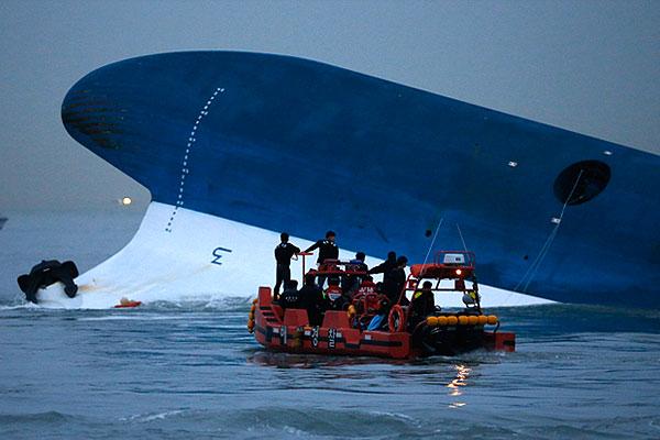"""Поисково-спасательная операция на месте крушения парома """"Севоль"""" . В ней задействованы 34 военных корабля и гражданских судна, а также 18 вертолетов."""