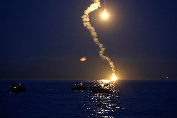 """Поисково-спасательная операция на месте крушения парома """"Севоль"""" . В ней задействованы 34 военных корабля и гражданских судна, а также 18 вертолетов"""