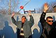 Демонстранты рядом с авиабазой в Краматорске.