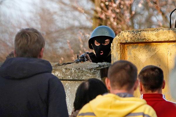 Украинский солдат и активисты Антимайдана вблизи авиабазы Краматорска.