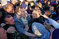 Генерал украинской армии Геннадий Крутов (в центре справа) в толпе активистов Антимайдана рядом с авиабазой в Краматорске.