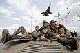 Украинские солдаты сидят на бронетранспортере в Краматорске.