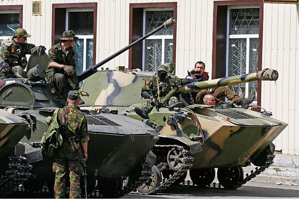 Вооруженные люди на бронетранспортерах в Славянске.