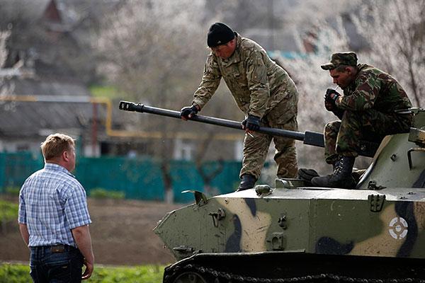 Украинские военнослужащие разговаривают с жителем Краматорска.